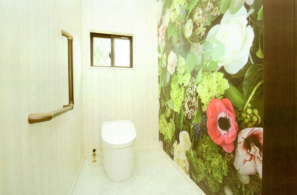 トイレには、花の写真のクロスでアクセントに。
