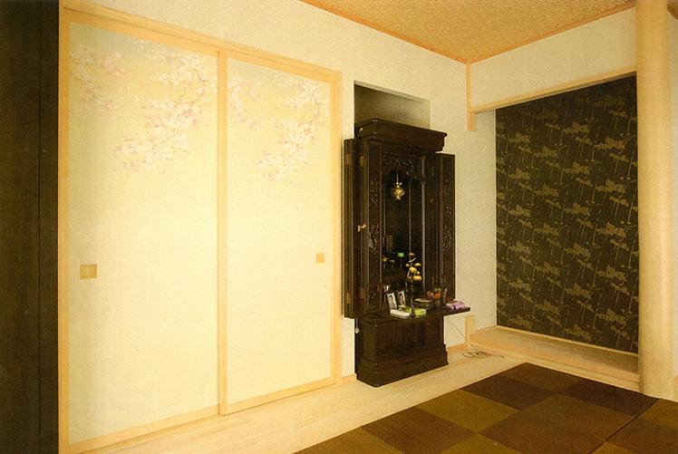 和室にはお仏壇に合うシックなアクセントクロスを。
