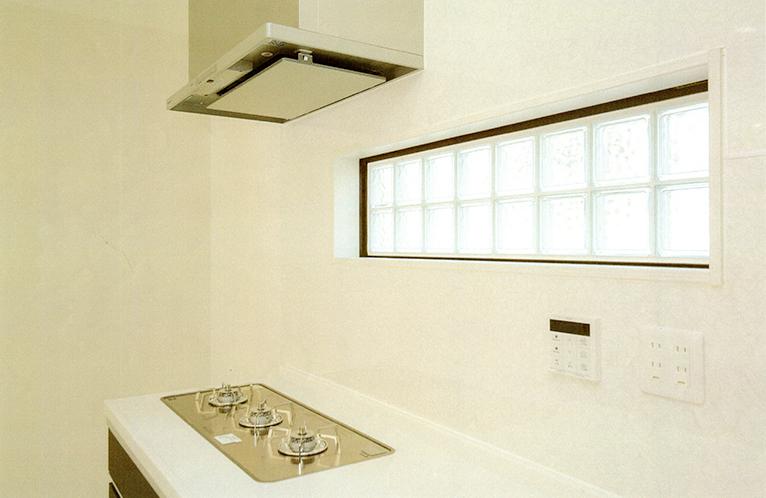 キッチンにはガラスブロックで明かりとりに。