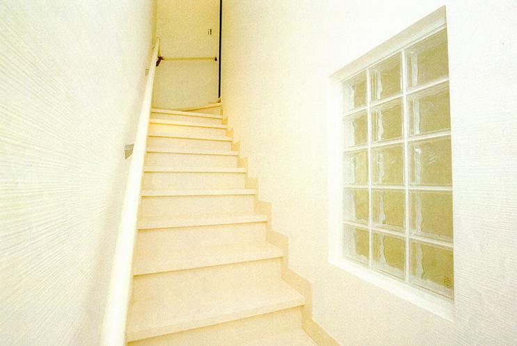 階段には明かりとりにアクリルブロックをつけました。